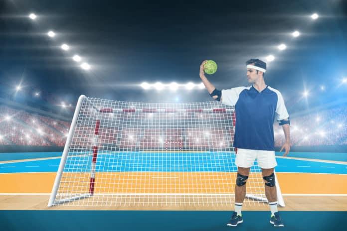 Håndspiller bagved mål på håndboldbane - Modelfoto